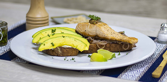 Open Sándwich de Salmón con Aguacate y Crema Agria