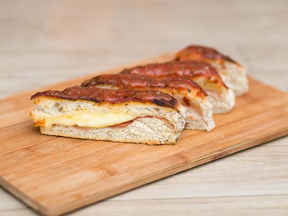 Porción de pizza rellena de jamón y queso con muzzarella