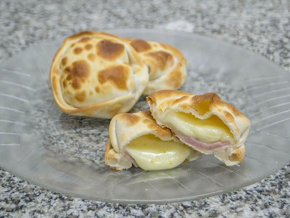 Empanada de jamón y muzzarella