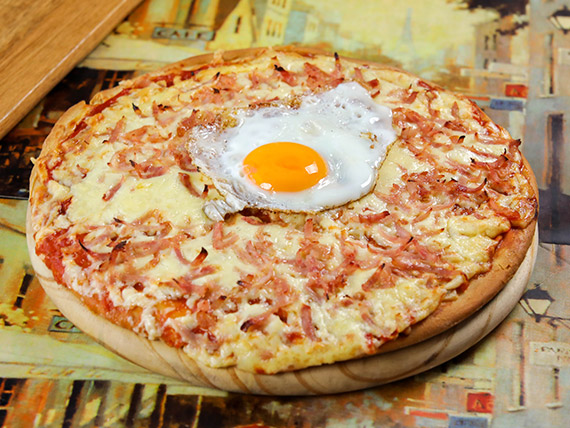 Pizzeta con huevo frito, panceta, salsa barbacoa