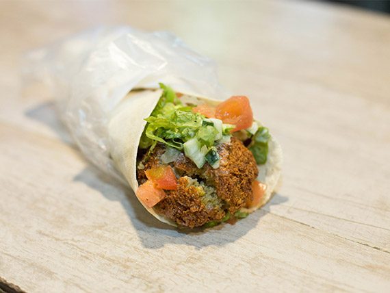 Sándwich de falafel clásico con verdura