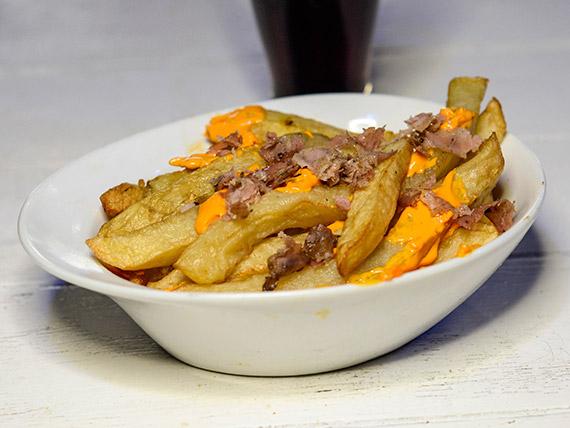 Guarnición de papas fritas con cheddar