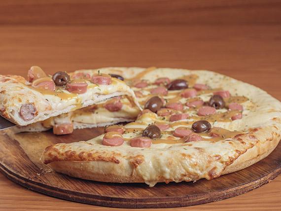 Pizza muzzarella y frankfurt con borde relleno