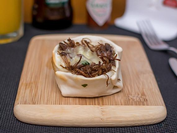 Empanada aberta de carne seca com catupiry
