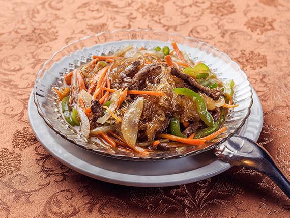 90 - Tallarines chinos con carne (picante)