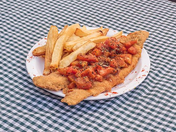 Filet de merluza tomatada con papas rejillas y perejil picado
