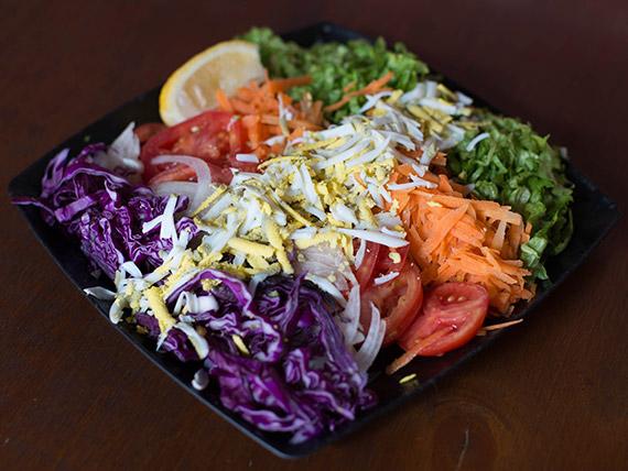Ensalada de lechuga, tomate, cebolla y zanahoria grande