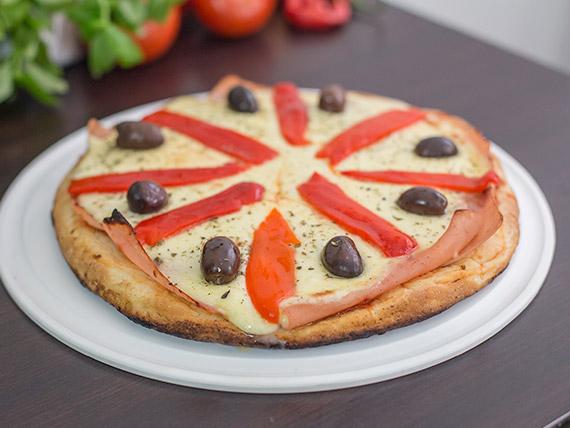 Pizza de muzzarella con jamón y morrones