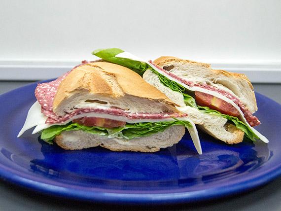 Sándwich baguette de salame y queso