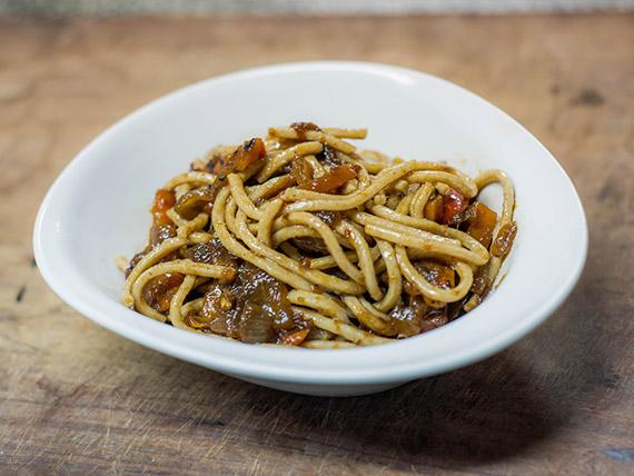 Tallarines integrales con oliva, albahaca, tomate cubeteado y queso rallado