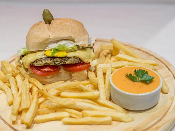 Hamburguesa vegetariana con papas fritas