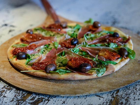 Pizza con muzzarella, rúcula, jamón crudo y parmesano