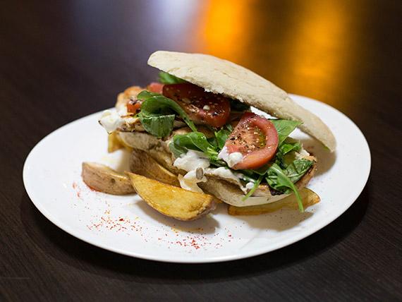Sándwich pollo con lechuga, tomate y rúcula