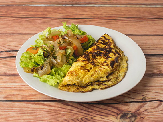 Omelette capresse con guarnición