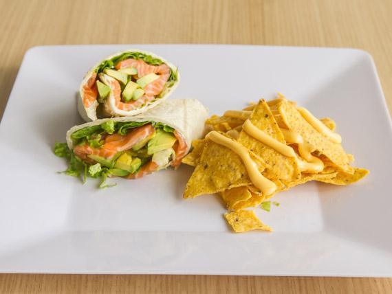 Wrap de salmón con nachos y cheddar