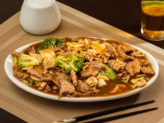 Carne com bambu, cogumelos e brócolis