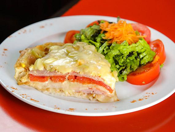 Tarta napolitana con ensalada fresca