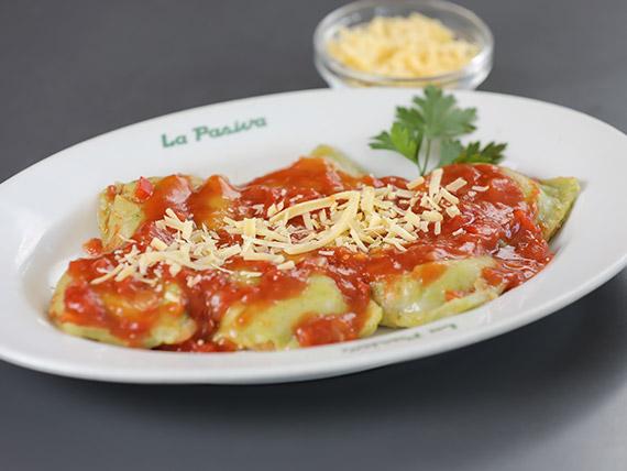 Raviolones con salsa de tomate