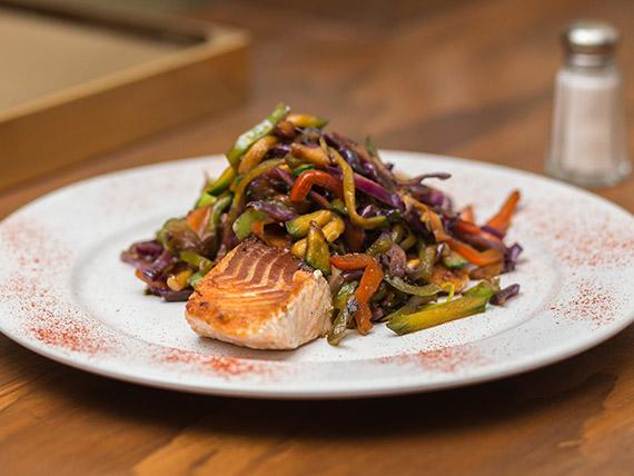 Salmón con vegetales al wok