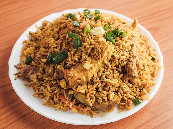 Chow fan con cerdo y curry