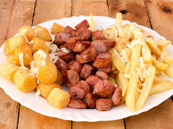 Porção de batata frita com calabresa e mandioca