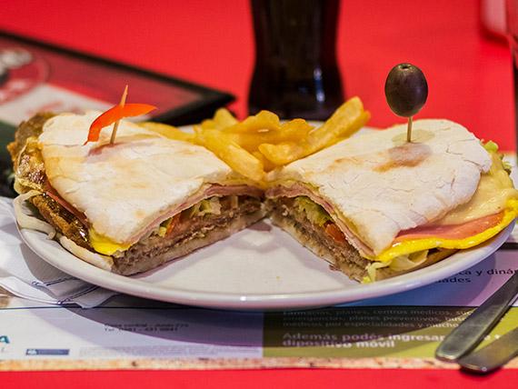 Sándwich de milanesa de ternera completo con papas fritas