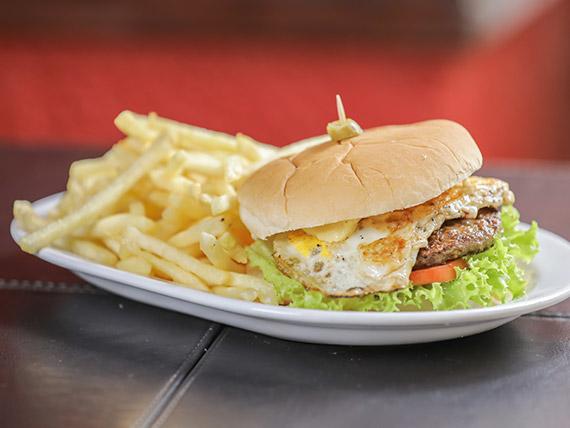 Hamburguesa común con papas fritas