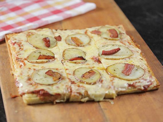 Pizzeta papa y chips de panceta