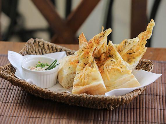 Focaccia de ajo asado y mozzarella