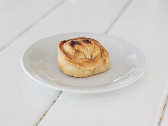 Empanada casera de queso y cebolla