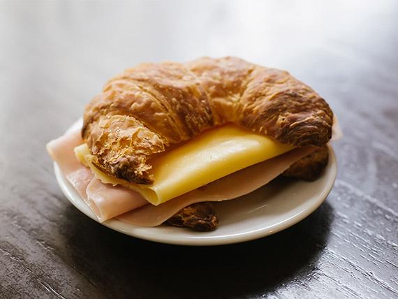 Medialunas de jamón y queso