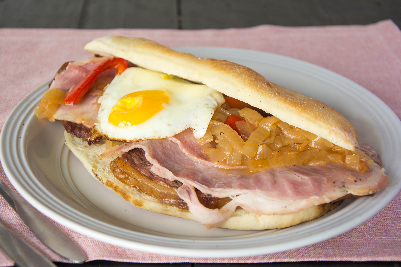 228 - Sándwich de churrasquito con panceta, morrón, cebolla y huevo frito