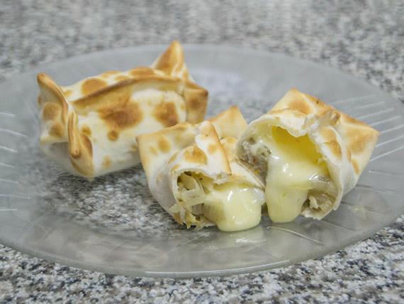Empanada de cebolla y muzzarella