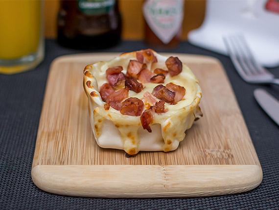 Empanada aberta de bacon com mussarela