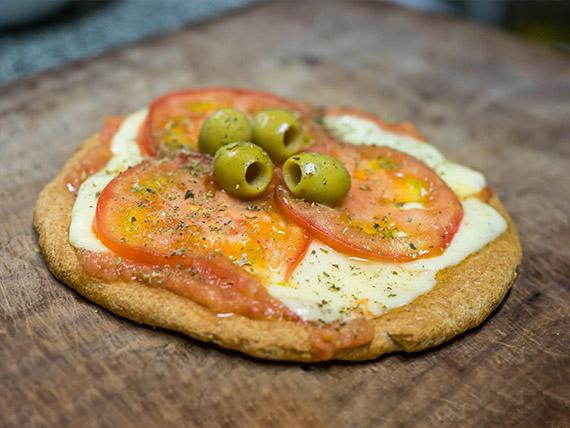 Pizza muzzarella, rodajas de tomate y albahaca
