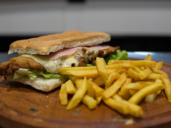 Sándwich de milanesa de pollo súper completo
