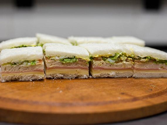 Sándwich triple de jamón cocido, queso, lechuga, tomate y huevo (8 unidades)