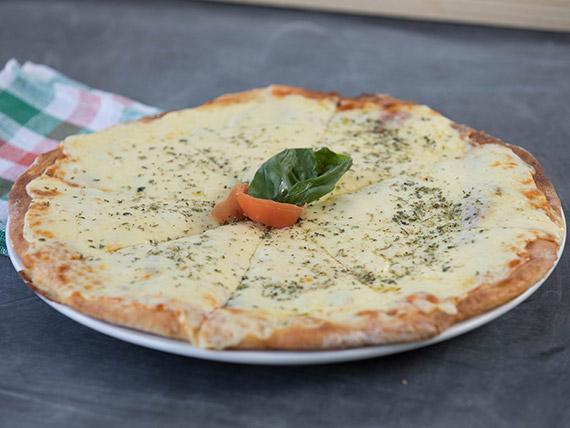 Pizzeta con muzzarella, tomate y albahaca (30 cm)