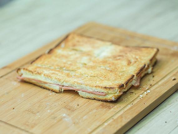Sándwich caliente común