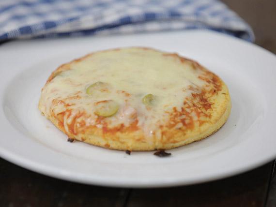 Pizzeta individual con muzzarella, jamón y aceitunas