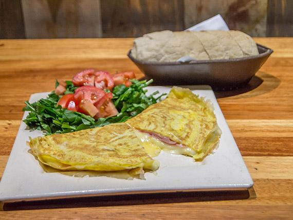 Omelette de jamón y queso  con ensalada