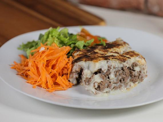 Pastel de carne con ensalada