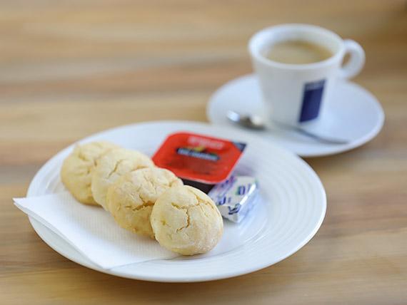 Desayuno 5 - Scones con manteca y mermelada + té, café americano o exprimido de naranja