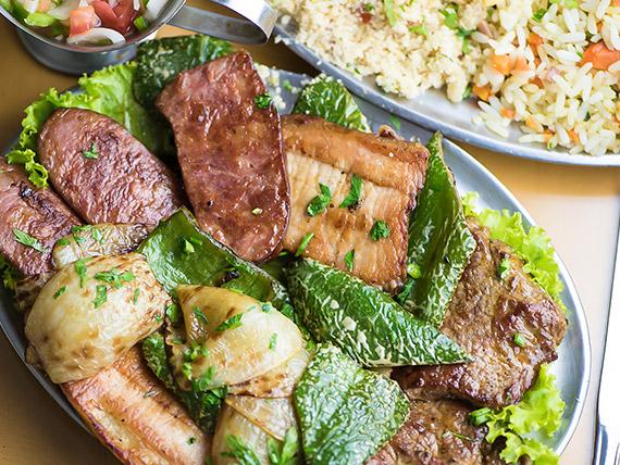 Espetinho misto com arroz a la grega e batatas fritas