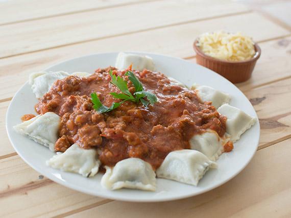 Ravioles de verdura y carne con salsa a elección