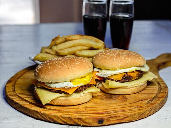 Promo 17 - 2 hamburguesas caceras con cheddar, huevo frito, jamón y queso parmesano + papas fritas + 2 latas de coca cola mini