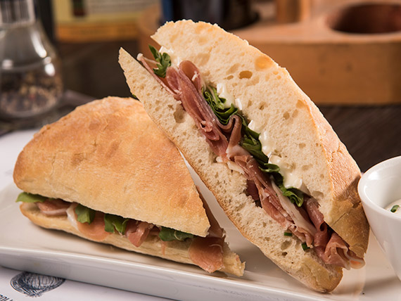 Sándwich de jamón crudo en pan ciabatta