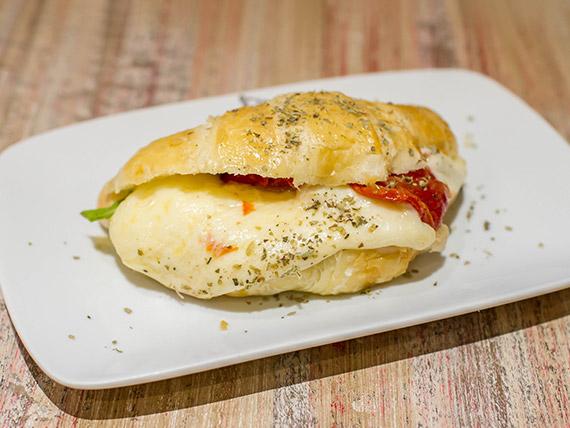 Croasonho tomate seco, queijo mussarela e rúcula