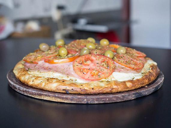 Pizza rellena napolitana con jamón
