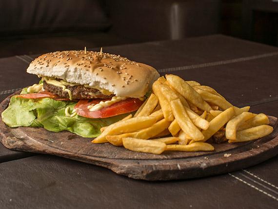 Hamburguesa especial con papas fritas